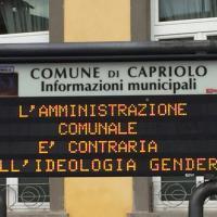 La mania dei pannelli luminosi anti-gender contagia i sindaci del Bresciano
