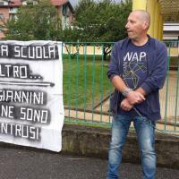 Scuola, la figlia Down senza insegnante di sostegno: il papà si incatena ai cancelli