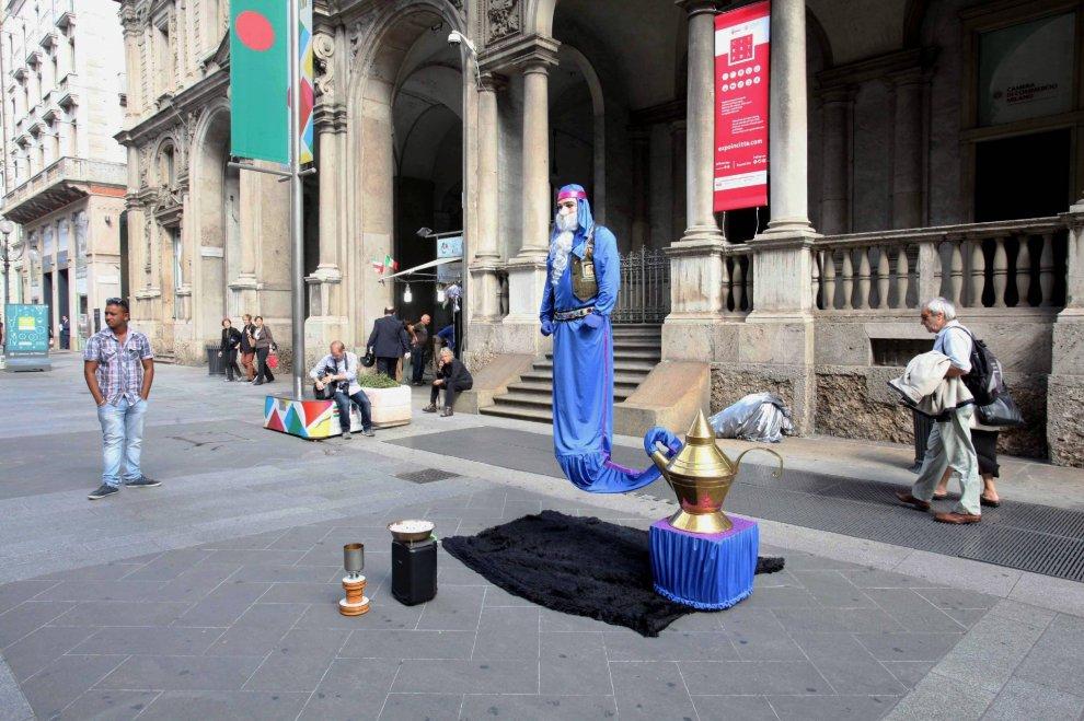 Milano il busker è un mago vola come genio della
