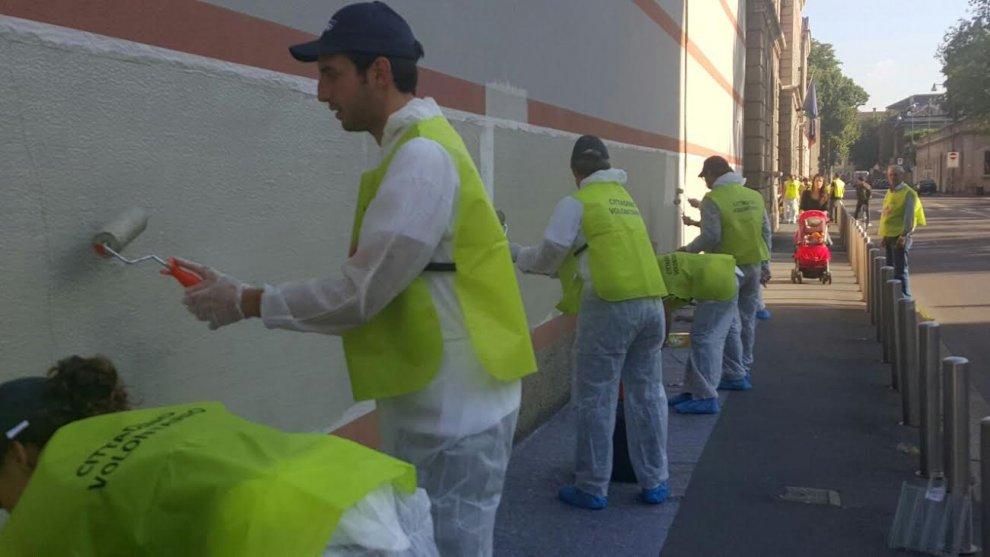 Milano, via i graffiti da San Vittore: i volontari ripuliscono il carcere