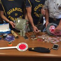 Milano, mezzo chilo di marijuana in treno: finanziere fuori servizio la 'fiuta' e li arresta