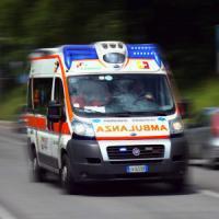 Milano San Siro, furgone si scontra all'alba con un'auto e si ribalta: sei feriti