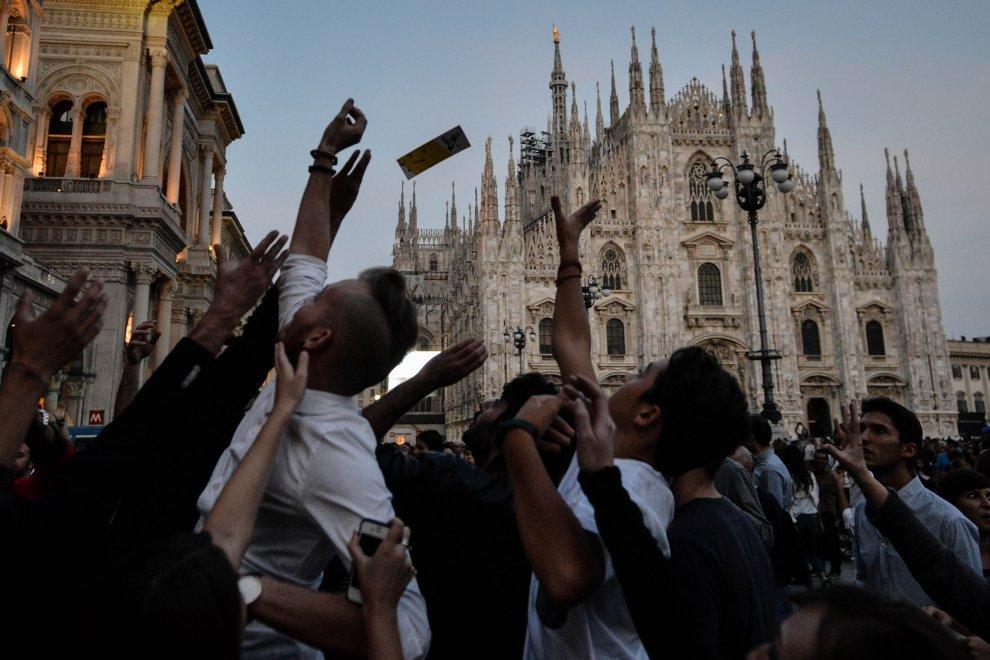 Milano, 100mila poesie di pace piovono dal cielo sul piazza Duomo