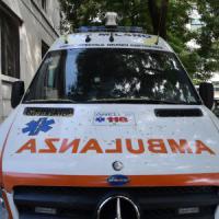 Milano, sbanda con l'auto e va a sbattere contro il parapetto del Naviglio: