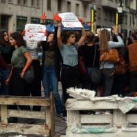 Milano, studenti in piazza contro la 'Buona scuola': traffico in tilt, edificio occupato