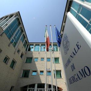 Bergamo, schiaffi al figlio di 5 mesi che rifiuta il biberon: incastrato da video, condannato