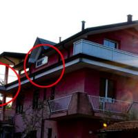Spara e uccide il ladro: la finestra, le scale, ecco cosa non torna