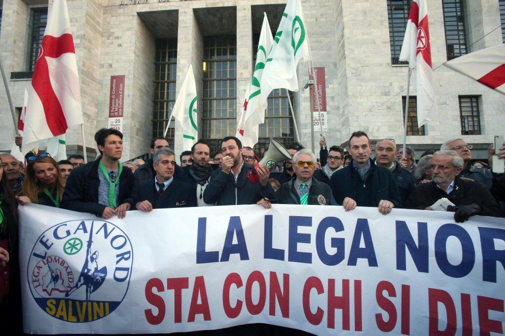 """Ladro ucciso, Salvini in presidio al tribunale: """"La difesa è sempre legittima"""""""