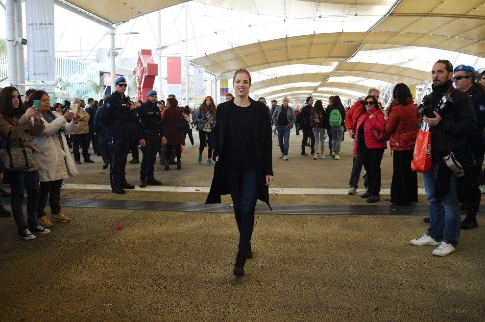 Carolina Kostner a Expo, scatta la caccia a selfie e autografi