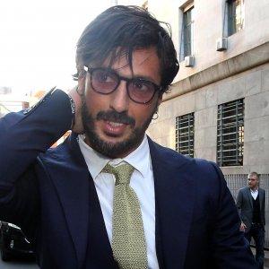 Fabrizio Corona lascia la comunità di don Mazzi e torna a casa: affidato ai servizi sociali