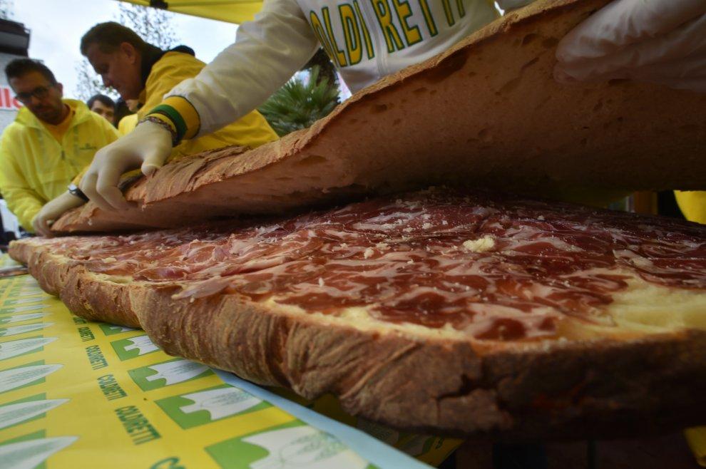 Expo, i contadini sfidano l'Oms con il maxi panino imbottito