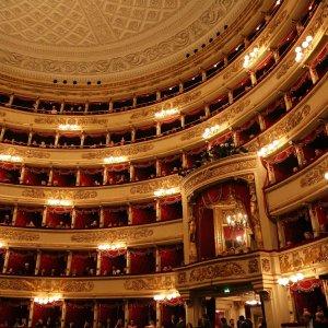 Amianto alla Scala, per la morte degli operai indagati quattro ex sindaci di Milano