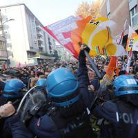 Scuola, gli scontri tra polizia e manifestanti a Milano