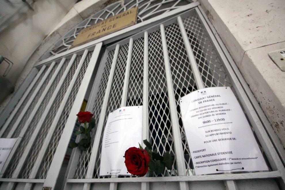 Parigi, fiori al consolato francese di Milano: sit-in di ...