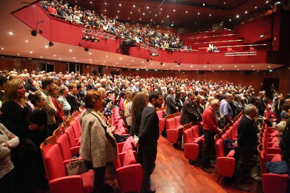 Milano, al Piccolo pubblico in piedi a cantare la ...