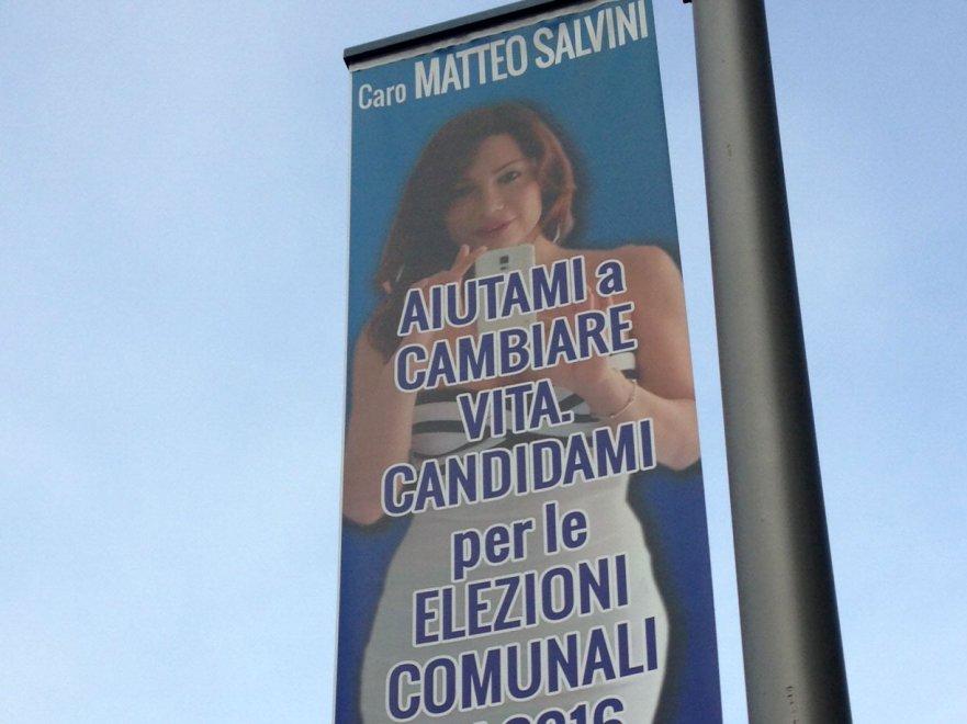 """Milano, la trans Efe Bal sui manifesti supplica Salvini: """"Fammi cambiare vita, candidami!"""""""