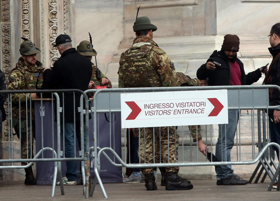 Allarme terrorismo, metal detector e militari: il Duomo di Milano sorvegliato speciale