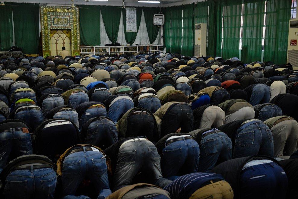 Milano, con i musulmani in preghiera: nella moschea di via Padova