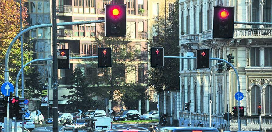 Milano, operazione incroci sicuri:  nuovi semafori e più multe per chi passa con il rosso