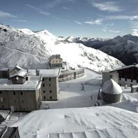 Maltempo, gelo in Lombardia: la neve allo Stelvio sulle webcam