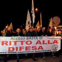 Milano, fiaccolata di sostegno della Lega al gioielliere che ha ucciso un ladro
