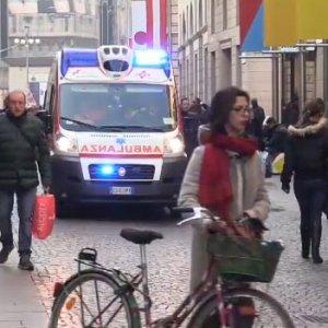 Milano, emergenza freddo: clochard trovato morto tra le vetrine di piazza San Babila
