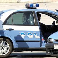Milano, tamponata in strada: rapinatore le spruzza spray urticante e le ruba l'auto
