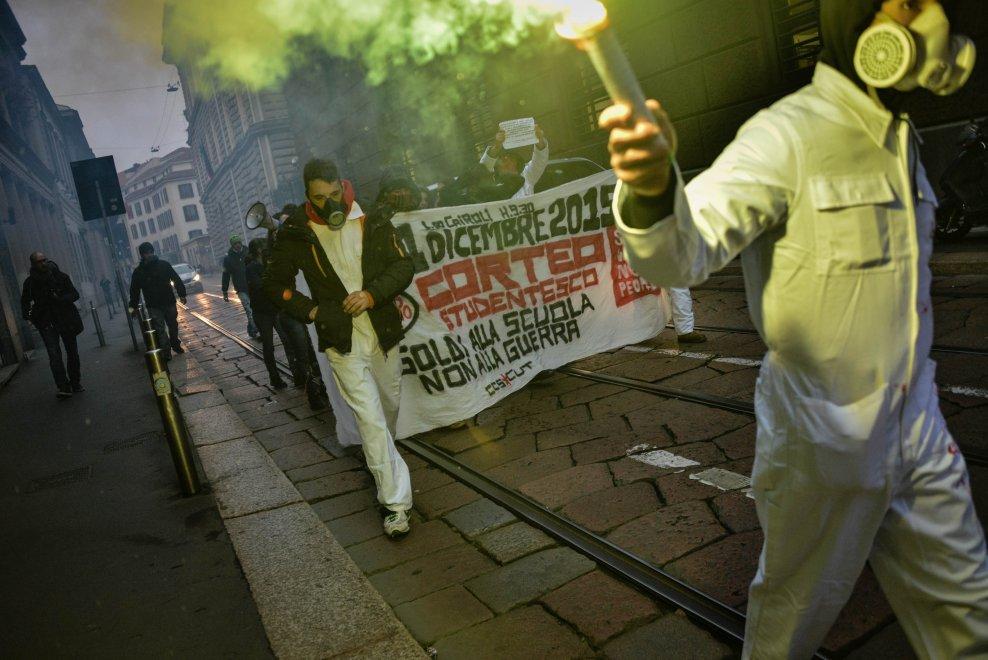 """""""Soldi alla scuola, no alla guerra"""", blitz degli attivisti davanti alla sede di Intesa San Paolo"""