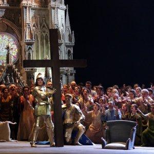 Milano blindata per la Prima della Scala, Renzi in teatro per la Giovanna d'Arco di Verdi