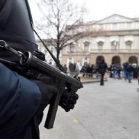 Agenti, blindati e transenne: la Scala di Milano sorvegliata speciale