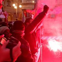 Prima Scala, striscioni e fumogeni: contestazioni in piazza Scala