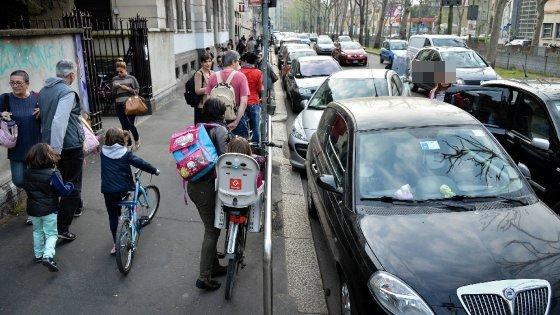 Smog Milano, via ai primi divieti della stagione: Atm gratis per chi va a scuola e riscaldamenti giù