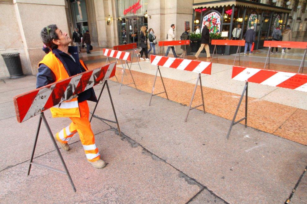 Milano, caduta di intonaco in galleria Vittorio Emanuele: transenne all'ingresso