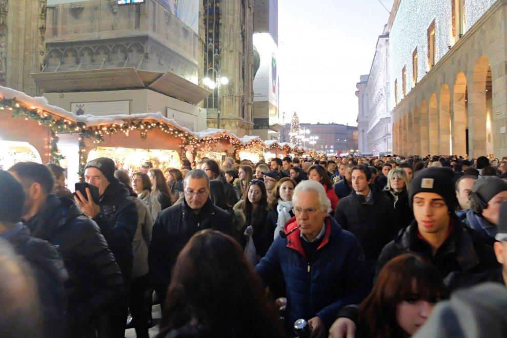Milano folla al mercatino di piazza duomo la domenica for Mercato domenica milano