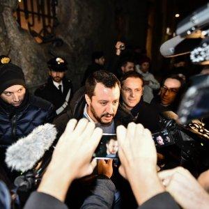 """Pavia, i migranti chiedono wi-fi e pulizie. Salvini esplode: """"Vada la Boldrini a fare la colf"""""""