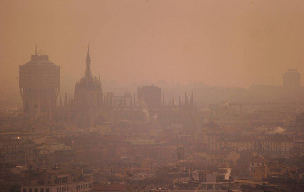 Inquinamento, nebbia e smog: Milano assomiglia a Pechino