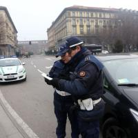 Smog, blocco del traffico a Milano: posti di blocco, città deserta