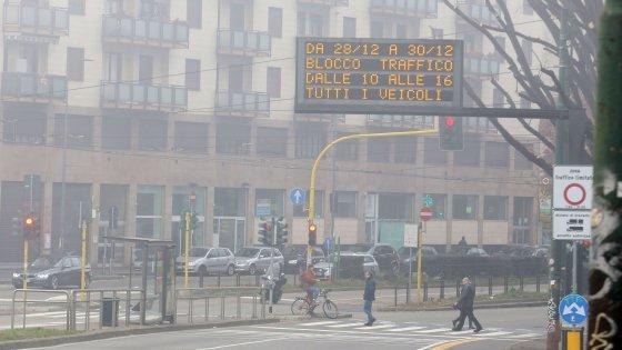 Smog, Milano si ferma per il blocco del traffico: città deserta, ma sono 300 le multe