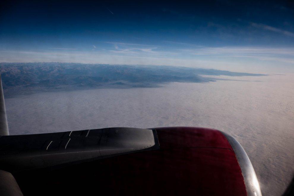 La cappa che soffoca la Pianura Padana: in volo su nebbia e smog