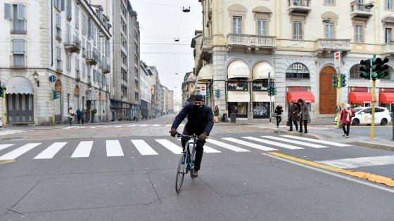 """Milano, sei ore di silenzio irreale nei viali deserti tra la gente contenta: """"Peccato serva a poco"""""""
