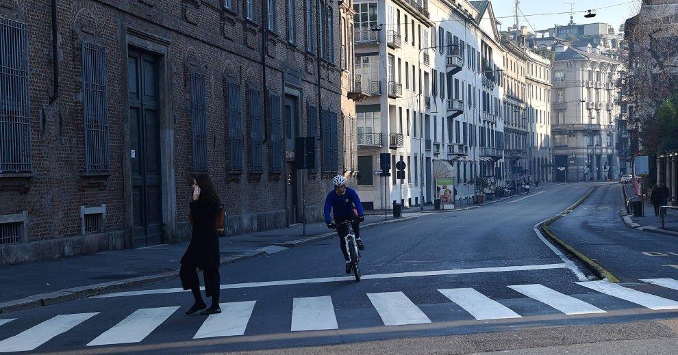 Milano, secondo giorno di stop per le auto: bici e pattini padroni delle strade