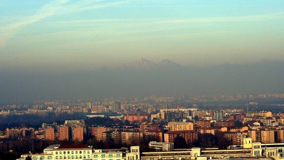 Milano, ultimo giorno di blocco: polveri sottili sempre più alte. Scontro Maroni-Galletti