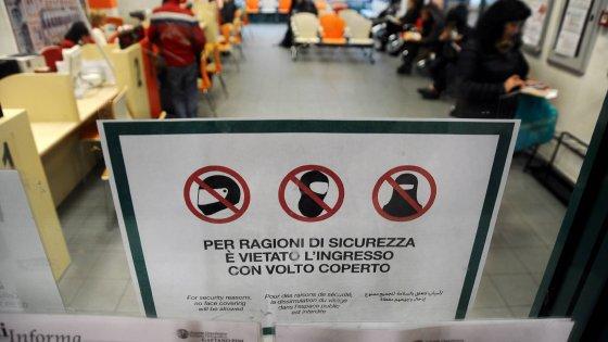 """Milano, debuttano i """"cartelli anti-burqa"""" in ospedale. I medici: """"Ma il problema non esiste"""""""