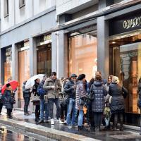 Milano, il popolo dei saldi scalda i motori: la situazione tra Quadrilatero e centro