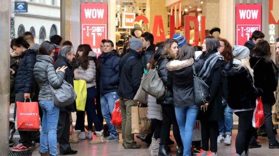 Milano, saldi al via tra pioggia e ottimismo. Vigili in campo per i controlli: multe fino a 1000 euro