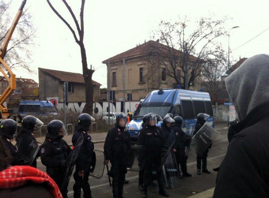 Milano, poliziotti antisommossa in azione sui Navigli: sgomberato 'Il Circolino'