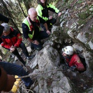 Due ragazze intrappolate in una grotta del Bresciano, una ferita