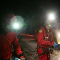 Brescia, salvata la speleologa ferita: era intrappolata in una grotta a 150 metri di profondità