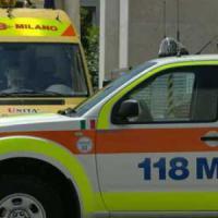 Milano, motociclista muore schiacciato da un camion. L'autista ricoverato in stato di shock