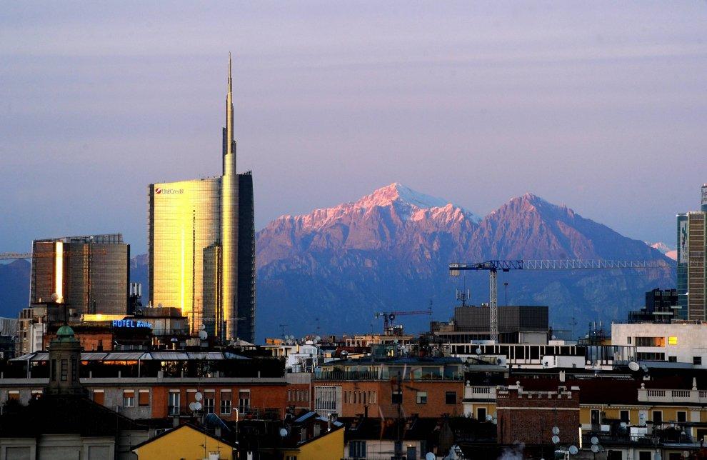 Magie del tramonto a Milano: la Grigna si tinge di rosa